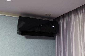 Монтаж сплит-системы Hisense чёрного цвета
